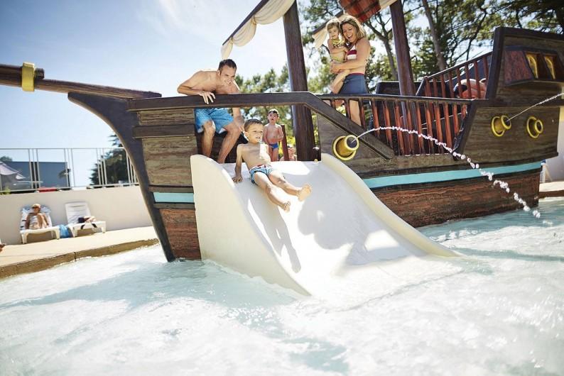 Location de vacances - Camping à Brem-sur-Mer - Espace aquatique extérieur avec jeux pour enfants