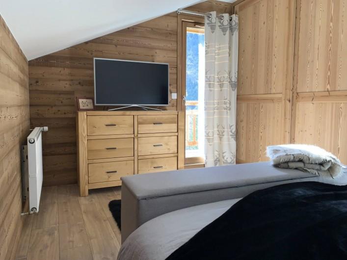 Location de vacances - Chalet à Pralognan-la-Vanoise - Chambre principale à l'étage