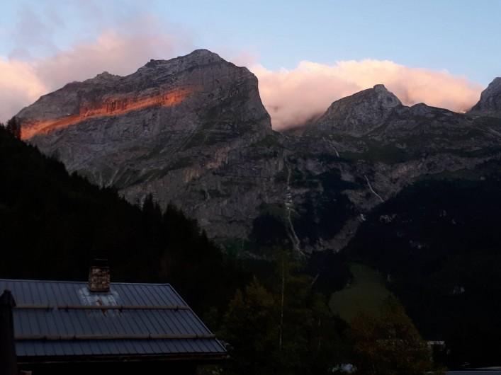 Location de vacances - Chalet à Pralognan-la-Vanoise - Vue coucher de soleil sur les montagnes depuis la terrasse