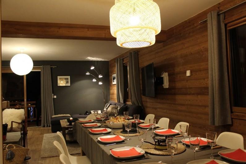 Location de vacances - Chalet à Pralognan-la-Vanoise - Salle à manger et coin salon au fond
