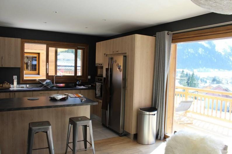 Location de vacances - Chalet à Pralognan-la-Vanoise - Vue sur cuisine ouverte