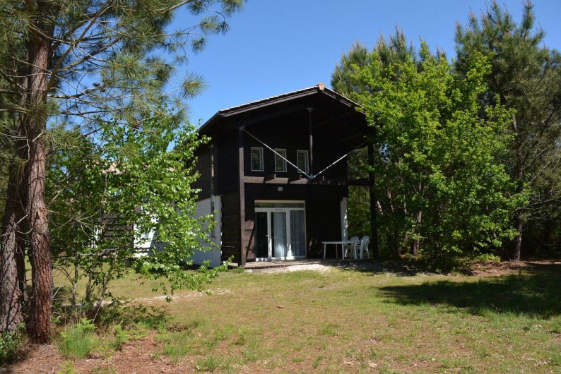 Location de vacances - Chalet à Lacanau - Le chalet, sa terrasse et les alentours