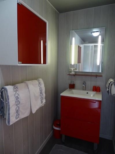 Location de vacances - Chambre d'hôtes à Bréville-les-Monts - salle de douche Côte Fleure