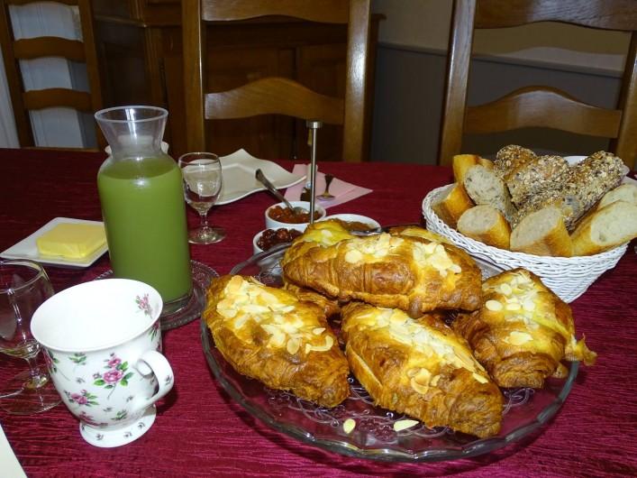 Location de vacances - Chambre d'hôtes à Bréville-les-Monts - table des petits déjeuners