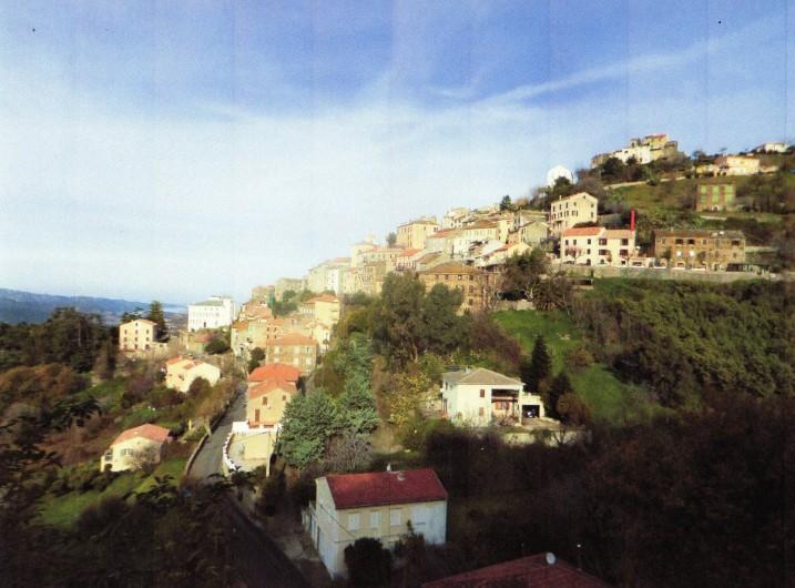 Location de vacances - Maison - Villa à Oletta - Vue Générale du village d'Oletta et de la maison  situé par un onglé rouge
