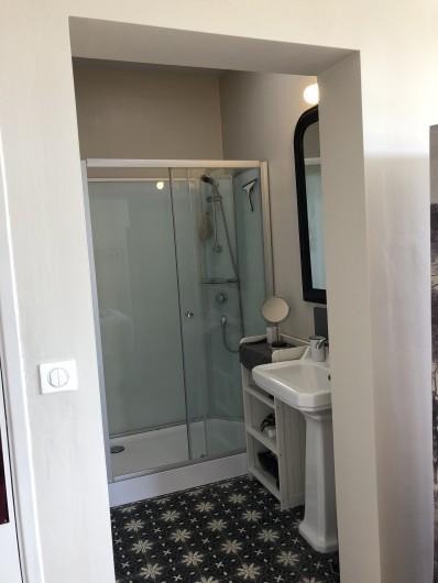 Location de vacances - Villa à Royan - la salle d'eau de la chambre principale