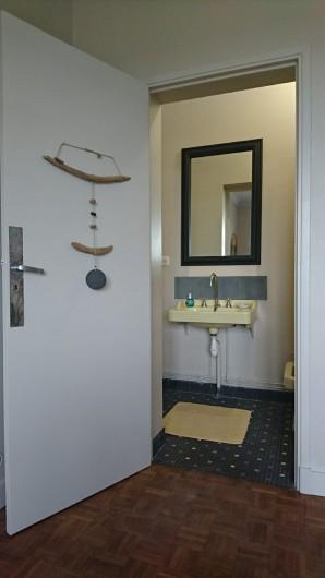 Location de vacances - Villa à Royan - le cabinet de toilette privatif pour la deuxième chambre