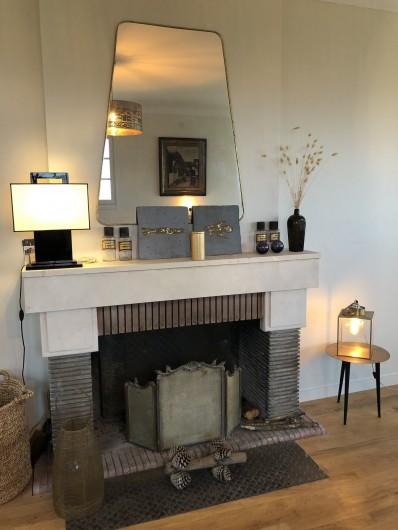 Location de vacances - Villa à Royan - Une cheminée dans le salon