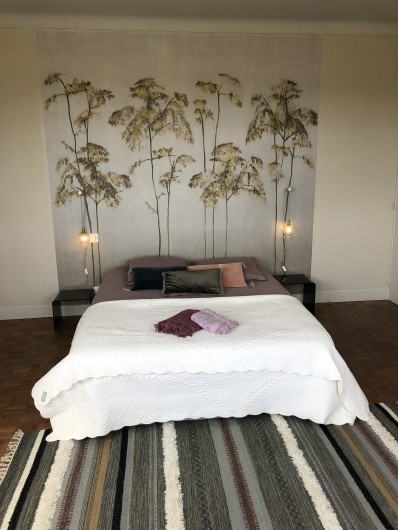 Location de vacances - Villa à Royan - La chambre principale avec un lit double et sa salle d'eau privative