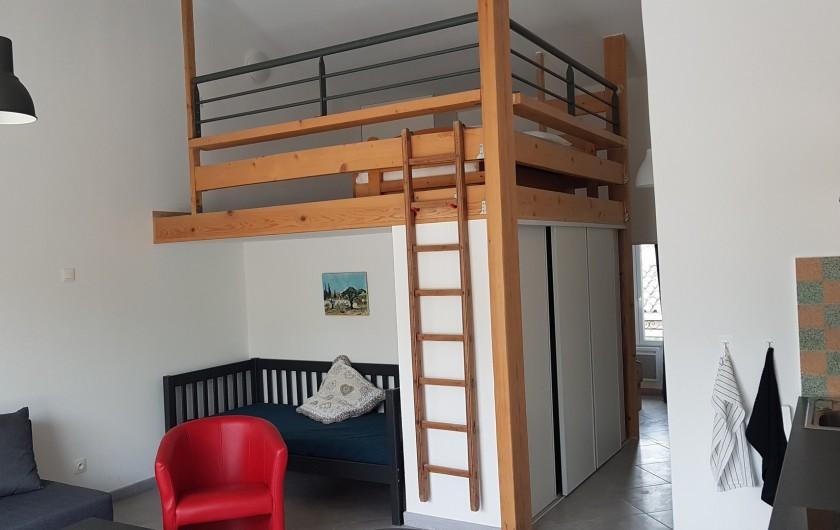 Location de vacances - Appartement à Charleval - le coin salon et la mezzanine de l'appart 5