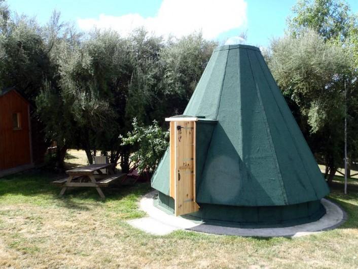 Location de vacances - Roulotte à Taden - Tipi en bois. Extérieur