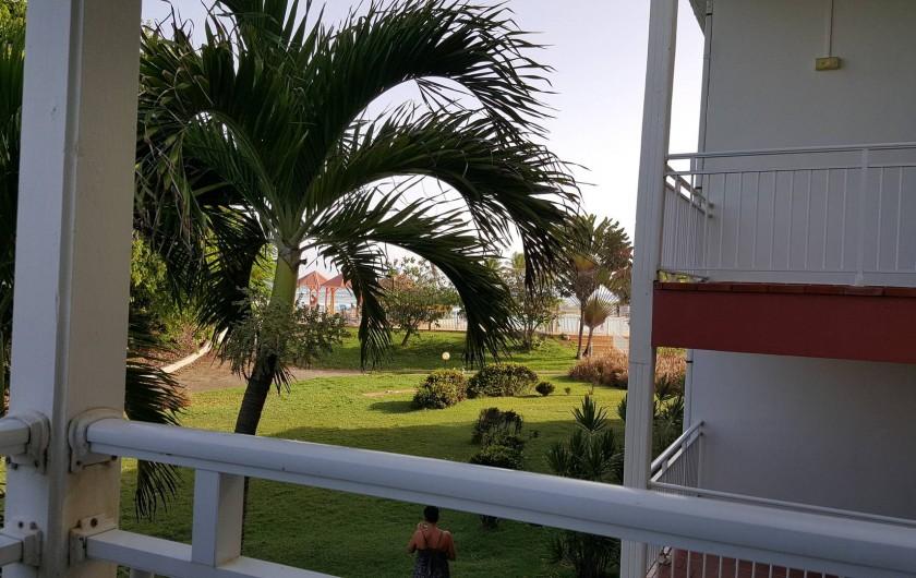 Location de vacances - Appartement à Saint-François - vue piscine sur la droite
