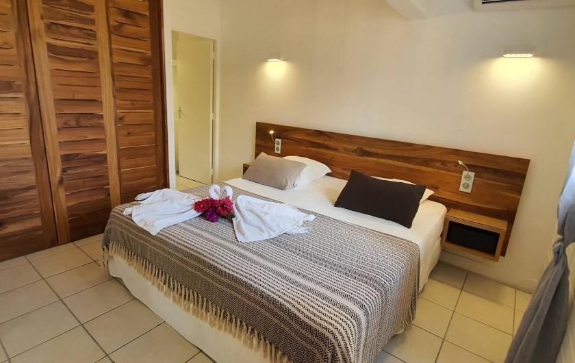 Location de vacances - Appartement à Saint-François - suite parentale avec son dressing et sa salle de douche wc