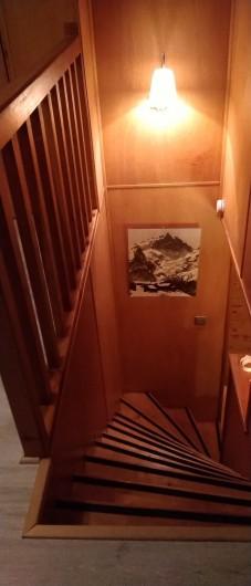 Location de vacances - Chalet à Vallouise - Escalier menant chambre haut 3 lits