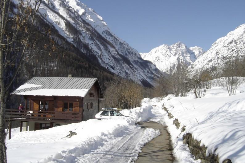Location de vacances - Chalet à Vallouise - Vue du chalet  en direction de la route du refuge des bans