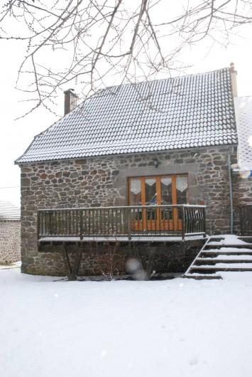 Location de vacances - Villa à Valuéjols - Terrasse arrière en hiver, avec salon de jardin l'été