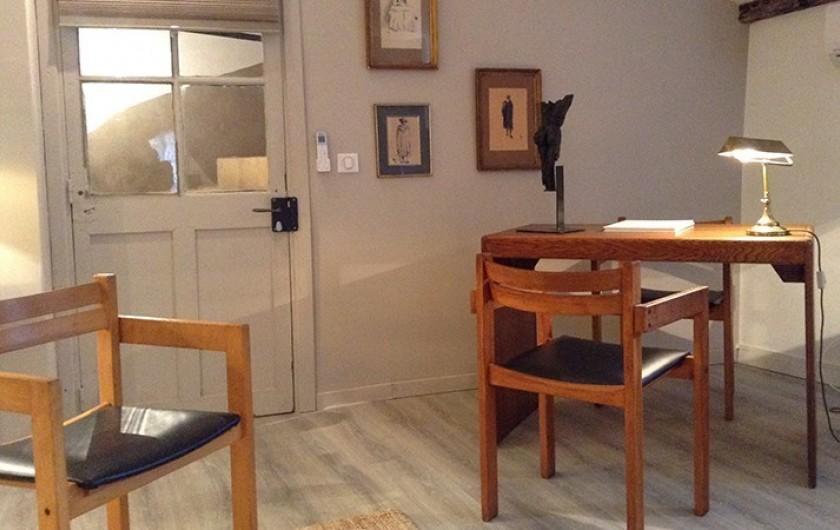 Location de vacances - Studio à L'Isle-sur-la-Sorgue - Klein : coin bureau avec TV et accès internet