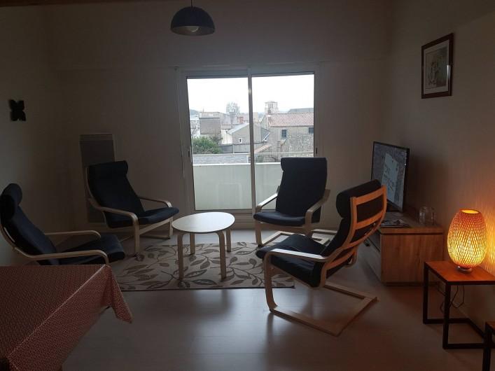 Location de vacances - Appartement à Les Herbiers - Espace salon avec  vue sur Église des herbiers