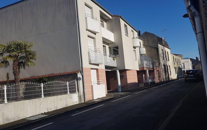 Location de vacances - Appartement à Les Herbiers - vue immeuble  depuis la rue