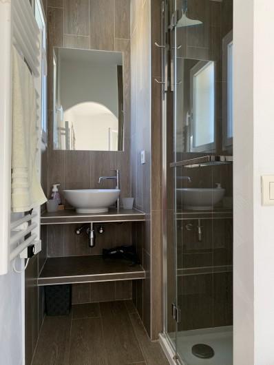 Location de vacances - Villa à Cagnes-sur-Mer - douche et lavabo chambre 4 shower and wash basin room#4