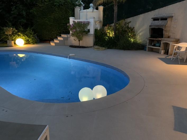 Location de vacances - Villa à Cagnes-sur-Mer - la piscine la nuit Pool at night