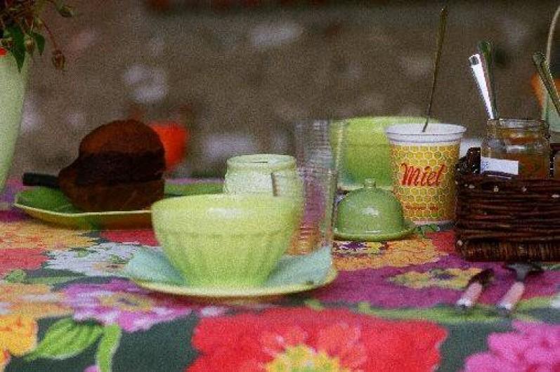 Location de vacances - Chambre d'hôtes à Les Andelys - Un petit déjeuner sous la tonnelle sur la terrasse