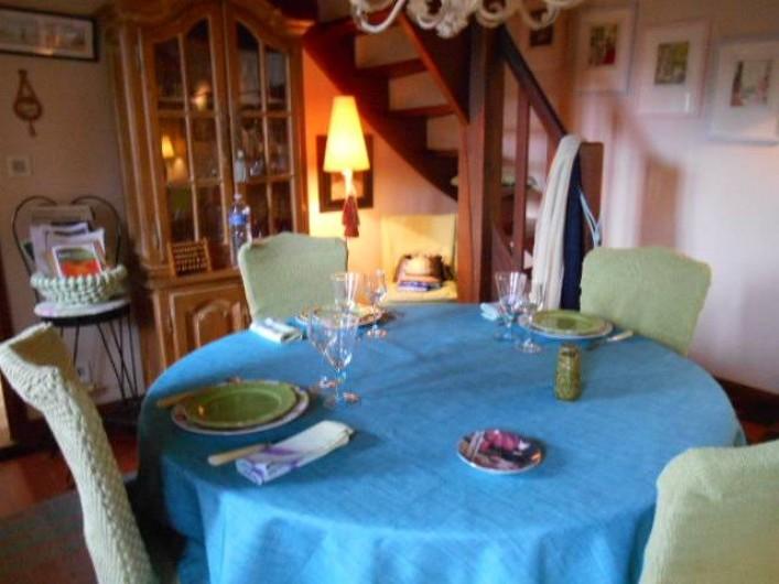 Location de vacances - Chambre d'hôtes à Les Andelys - Une table mise dans la salle a manger intérieure