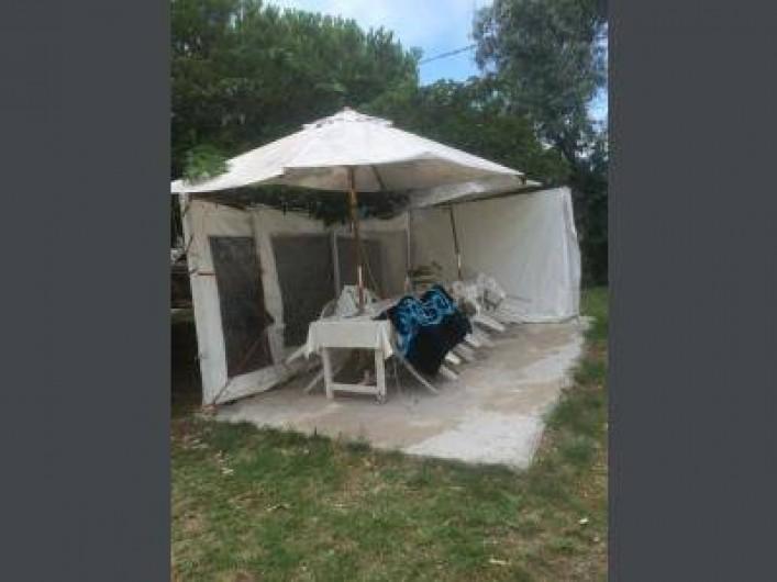 Location de vacances - Appartement à Frontignan - TERRASSE PROTEGEE SOUS PINS SYLVESTRES