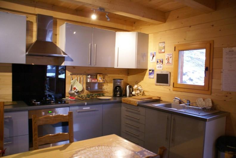 Location de vacances - Chalet à Saint-Paul-sur-Ubaye - cuisine aménagée (LE MELEZE) coté droit du chalet