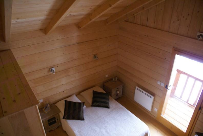 Location de vacances - Chalet à Saint-Paul-sur-Ubaye - chambre donnant sur le balcon  1 lit de 140/190