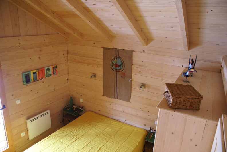 Location de vacances - Chalet à Saint-Paul-sur-Ubaye - chambre donnant sur le devant du chalet avec 1 lit de 160/200