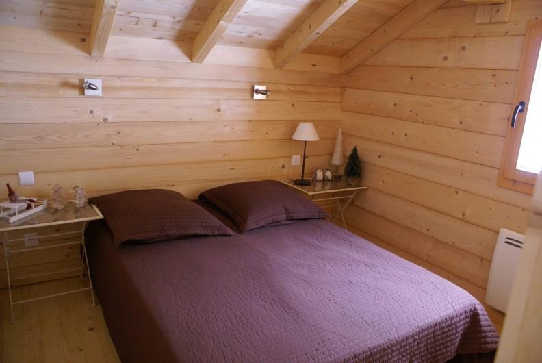Location de vacances - Chalet à Saint-Paul-sur-Ubaye - chambre donnant sur l'arrière du chalet avec 1 lit 140/190