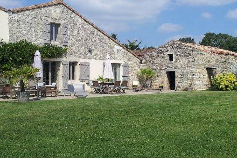 Location de vacances - Chambre d'hôtes à Ardin - Notre maison côté jardin