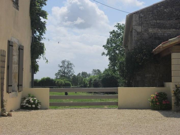 Location de vacances - Chambre d'hôtes à Ardin - Côté cour et vue sur jardin