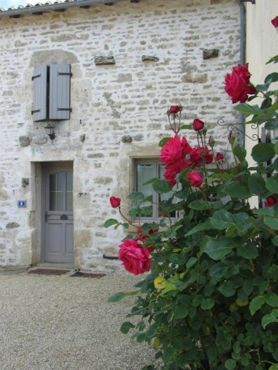 Location de vacances - Chambre d'hôtes à Ardin - Façade de notre maison côté cour