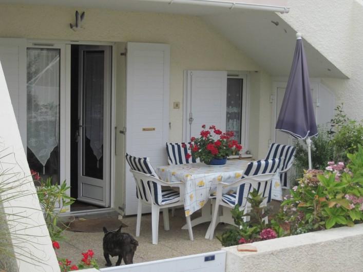 Location de vacances - Appartement à Pentrez - L'appartement d'extérieur et sa terrasse fleurie