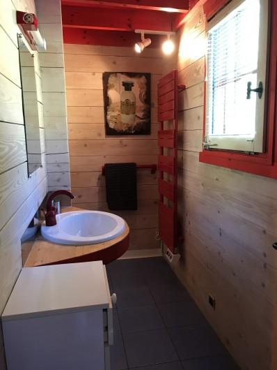 Location de vacances - Chalet à La Bresse - Salle de bain avec douche et sèche serviette électrique
