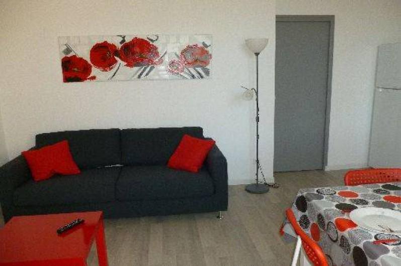 Location de vacances - Gîte à Gémenos - Coin salon T2 avec canapé 3 places convertible 140x190