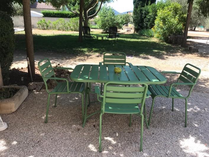 Location de vacances - Gîte à Gémenos - Table et fauteuil du studio