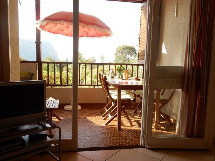 Location de vacances - Appartement à Cassis - Vue du salon sur la loggia et Cap Canaille