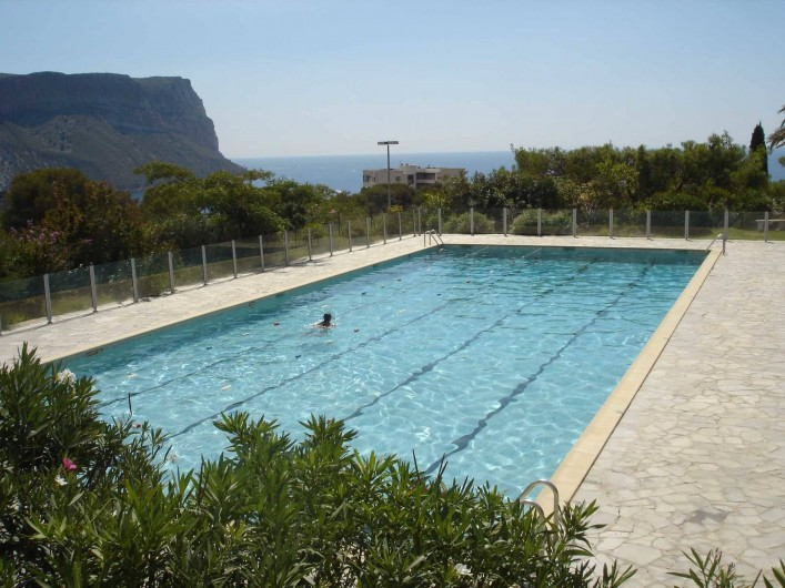 Location de vacances - Appartement à Cassis - La piscine de 25 m surplombant le village