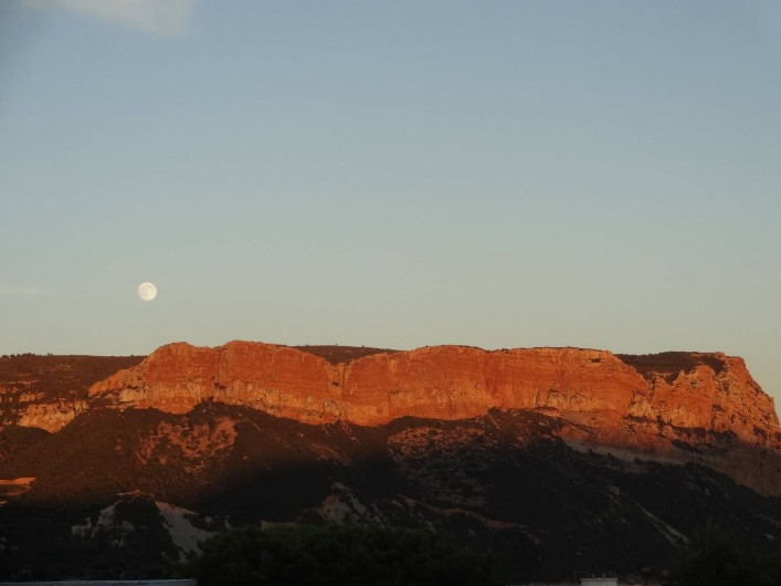 Location de vacances - Appartement à Cassis - Couché de soleil et levé de lune sur Cap Canaille vue de la loggia