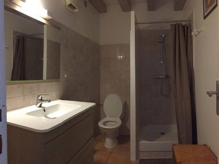 Location de vacances - Gîte à Vacqueyras - salle d'eau avec douche et WC