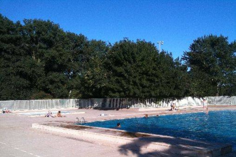 Location de vacances - Villa à Saint-Cyprien - Les 2 piscines, la grande à l'avant plan et la petite à l'arrière plans