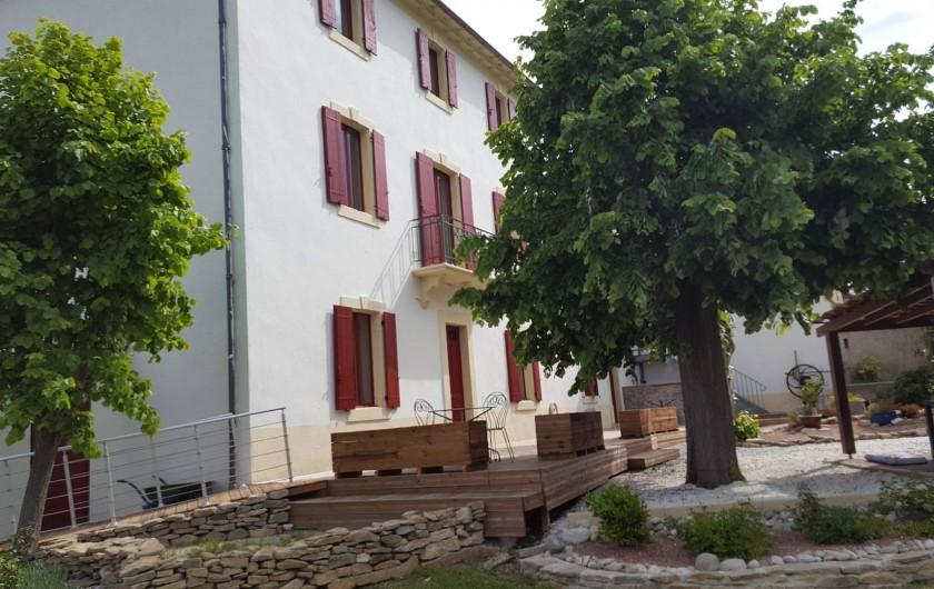 Location de vacances - Appartement à Pomas - derrière du gite avec accès a la terrasse par une rampe