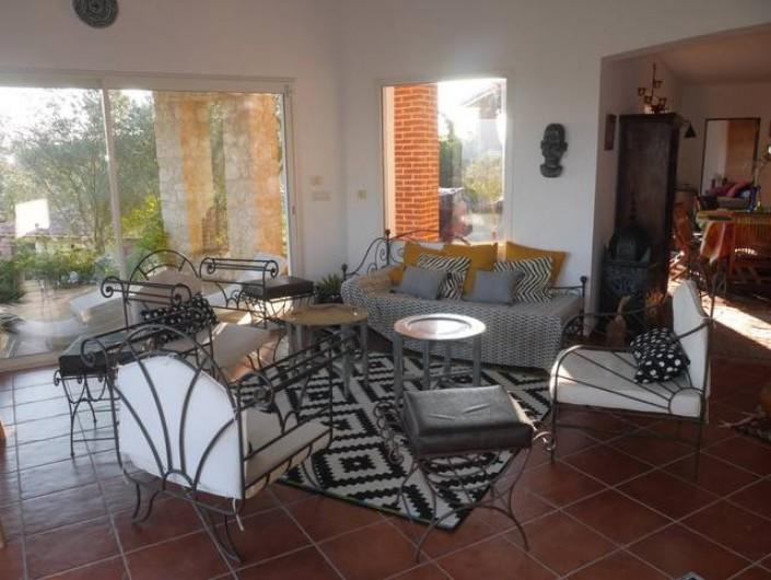 Location de vacances - Villa à Castin - Le salon, côté terrasse sud