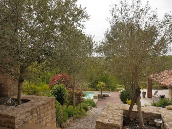 Location de vacances - Villa à Castin - Vue du jardin depuis la terrasse sud, en arrière plan la piscine