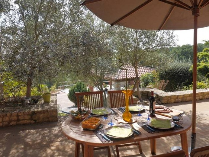 Location de vacances - Villa à Castin - Déjeuner depuis la terrasse sud, le pool house en arrière plan