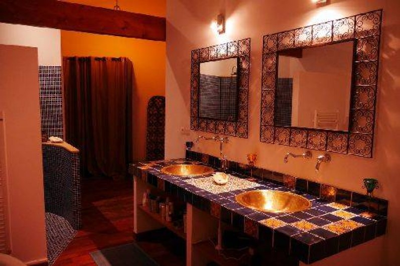 Location de vacances - Villa à Castin - Salle de bain de la suite au rez de chaussée