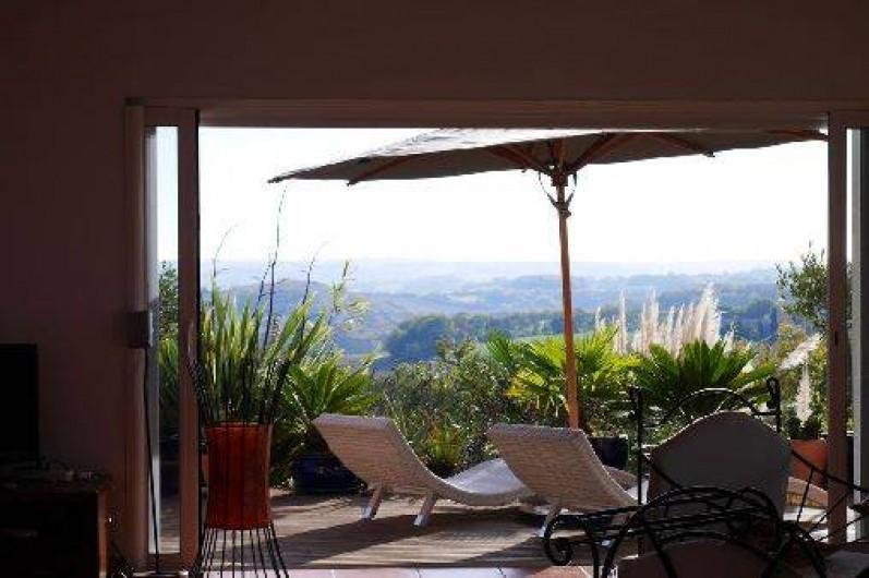 Location de vacances - Villa à Castin - Vue du salon, terrasse Est